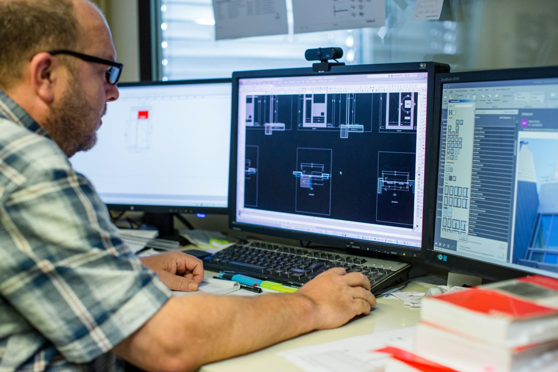 Mitarbeiter der Mevo-Fenster AG bei der Planung eines Projektes