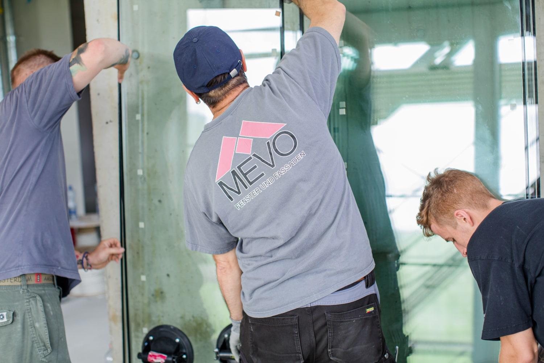 Mitarbeiter der Mevo-Fenster AG bei der Fenstermontage