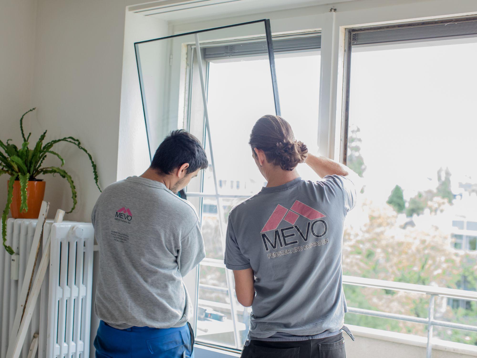 Zwei Mitarbeiter der Mevo-Fenster AG beim montieren eines Fensters